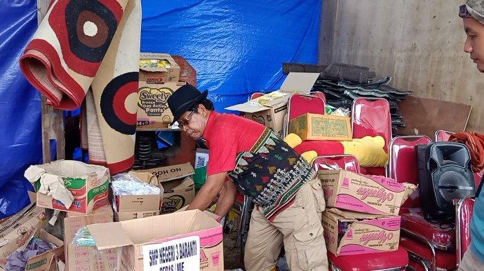 Pemilik Bengkel Usaha Rappang Mamuju, Haji Sabar saat hendak menyerahkan bantuan kepada warga sesama korban gempa di Mamuju Sulbar.