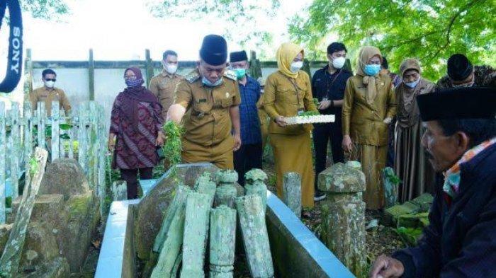 Bupati Majene Tabur Bunga di Makam Korban 40 Ribu Jiwa
