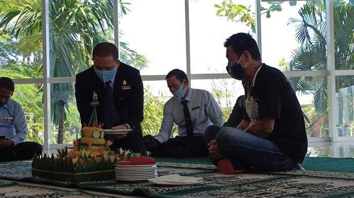 HUT ke-3, Manajemen Gammara Hotel Gelar Doa Bersama dan Potong Tumpeng