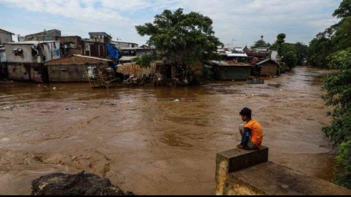 Pemprov DKI Jakarta diminta membenahi empat sungai untuk menangani banjir Jakarta.