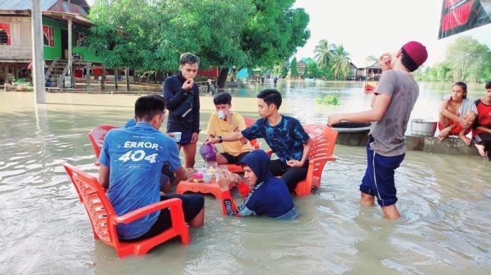 Pemuda Desa Mallusetasi Bone Nikmati Kue dan Teh di Tengah Banjir