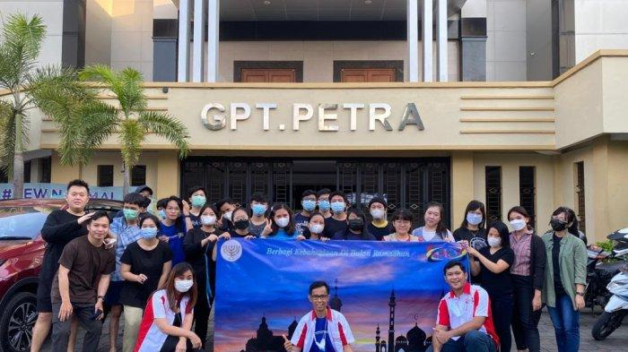 FOTO: Pemuda Gereja Petra Makassar Berbagi Sajian Buka Puasa Bagi Pengguna Jalan