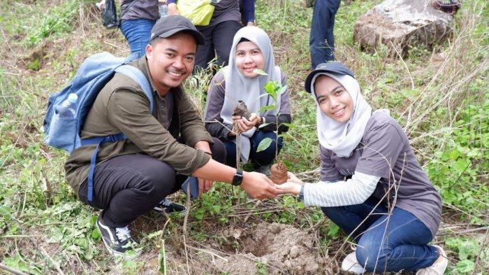 Tim Mayora Group Tanam 2000 Pohon di Kaki Gunung Bawakaraeng