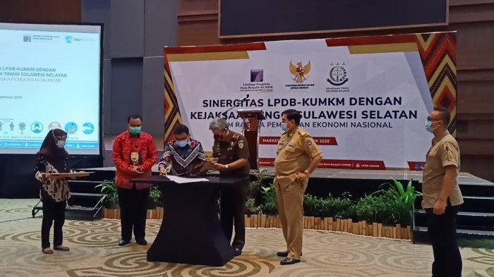 Penandatanganan nota kesepahaman bersama oleh Direktur Utama LDBD-KUMKM Supomo dengan Kepala Kejaksaan Tinggi (Kejati) Sulsel Firdaus Dewilmar di Hotel Four Points by Sheraton Makassar, Selasa (29/9/2020).