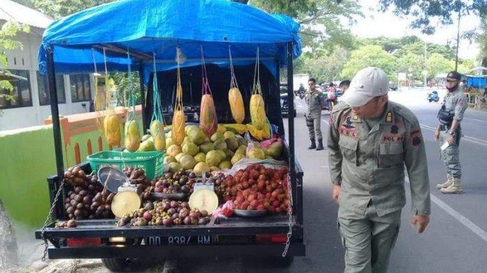 Satpol PP Bulukumba Tertibkan Pedagang Buah Musiman di Bahu Jalan
