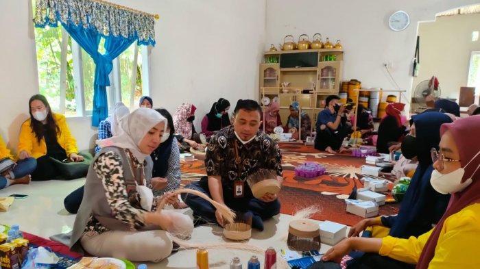 Saatnya Songkok Recca Bone Mendunia, Dosen Universitas Terbuka Latih Pengrajin Pemasaran Digital
