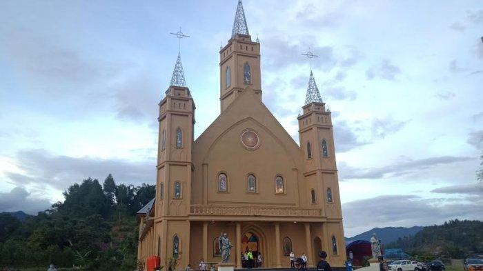 Polisi Jaga Ketat Misa Kamis Putih Gereja Santo Petrus Mamasa