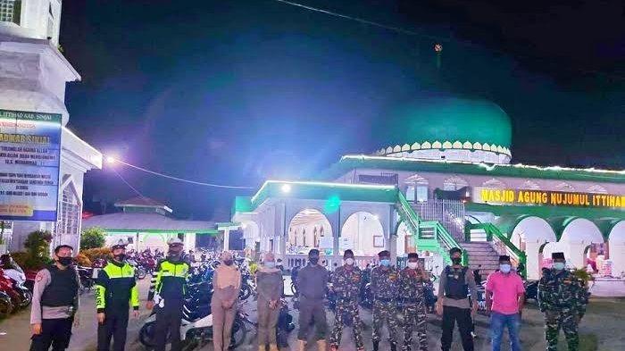 TNI-Polri Kompak Jaga Masjid Saat Salat Tarawih di Sinjai