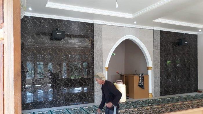 Antisipasi Penyebaran Corona, Pengelola Masjid Babussalam Gareccing Sinjai Semprotkan Disinfektan