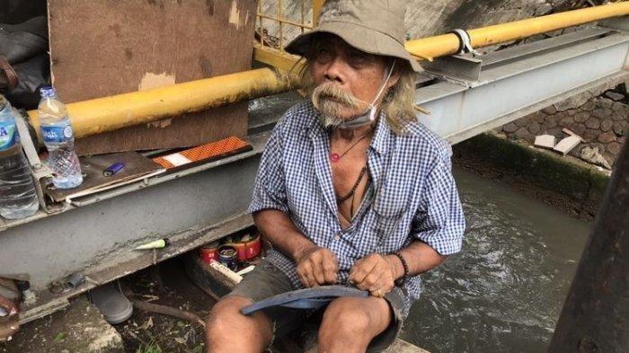 Nur Saman (69), sosok gelandangan yang disebut ditemui Menteri Sosial, Tri Rismaharini dan diabadikan dalam sebuah foto. Nur Saman sehari bekerja sebagai pemulung dan serabutan di sekitar Jalan Minangkabau, Pasar Manggis, Setiabudi, Jakarta Selatan.