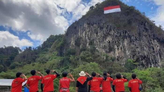 Peringati HUT RI, Mapala 45 Makassar Kibarkan Bendera Raksasa di Tebing Leang-Leang