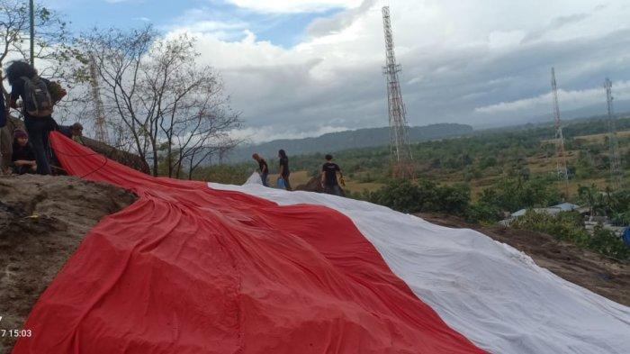 Pemuda Desa Baruga Kibarkan Bendera Merah Putih Berukuran Raksasa di Puncak Bukit Tamangura