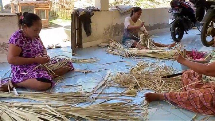 Kreatif! Ibu-ibu di Desa Sanjai Manfaatkan Daun Lontar Jadi Kerajinan Bernilai Ekonomi