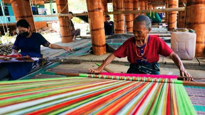 Wabup Toraja Utara Canangkan Sentra Tenun di Tongkonan Unnoni