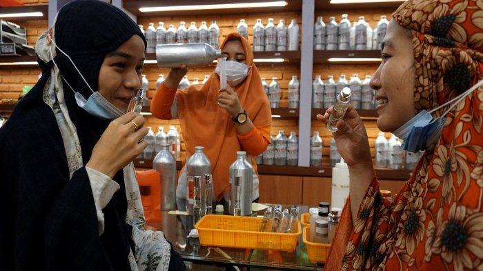 FOTO: Penjual Parfum Panen Jelang Lebaran - pengunjun56tgd.jpg