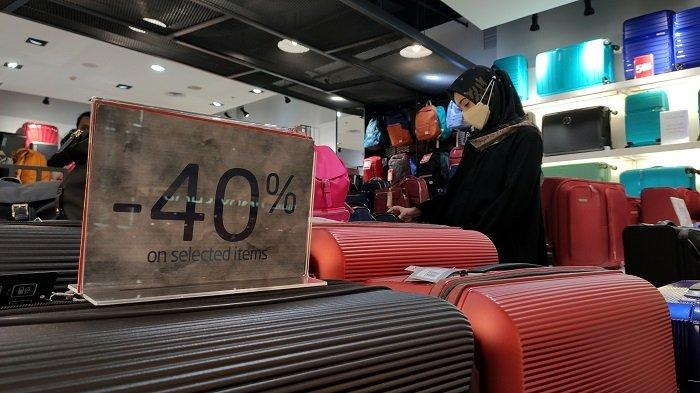 FOTO: Samsonite TSM Makassar Hadirkan Mid Season Sale - pengunjung-memilih-produk-koper-di-tenant-samsonite-1.jpg