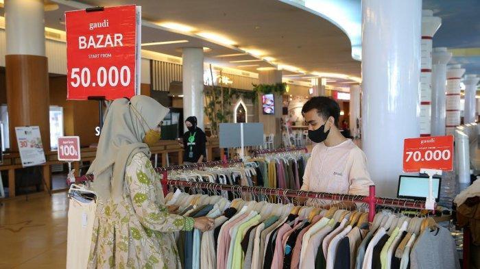 Pengunjung tengah memilih produk pakaian wanita di Bazar tenant Gaudi yang berlokasi di Lower Ground, TSM Makassar, Jumat (10/9/2021). Dapatkan diskon up to 80 % serta Special Price mulai dari Rp50.000 berlangsung sampai dengan 30 September 2021. Tribun timur /muhammad abdiwan
