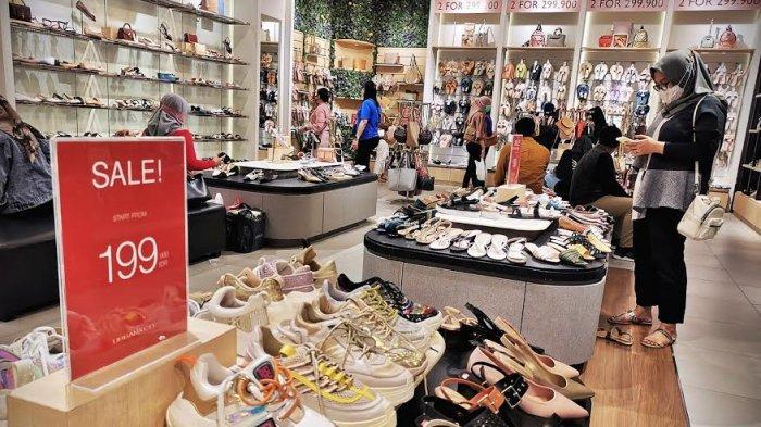Pengunjung mengamati aneka koleksi fashion di Urban And Co di Nipah Mall jalan Urip Sumoharjo Makassar, Senin (28122020). Urban And Co satu-satunya di Makassar ini menggelar promo diskon akhir tahun yang berlangsung hingga 31 Desember mendatang. tribun timurmuhammad abdiwan