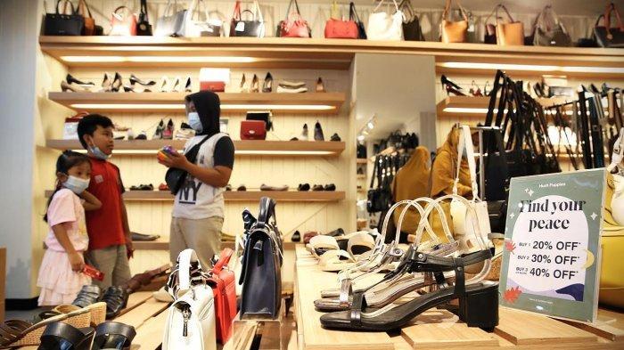 Pengunjung mengamati koleksi sepatu di Hush Pupies MaRI, Rabu (552021). Hush Pupies menggelar perpanjangan promo diskon 20% untuk pembelian 1 item, diskon 30% untuk pembelian 2 item, dan diskon 40% untuk pembelian 3 item atau lebih. Outlet Hush Pupies memperpanjang promo tersebut hingga tanggal 23 Mei 2021. tribun timurmuhammad abdiwan