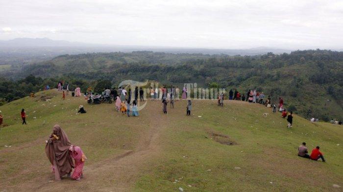 FOTO: Bukit Pacongai Lampri Diserbu Wisatawan Lokal - pengunjung-menikmati-bukit-paco-er3s.jpg