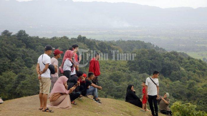 FOTO: Bukit Pacongai Lampri Diserbu Wisatawan Lokal - pengunjung-menikmati-bukit-pacongai-la4ss.jpg