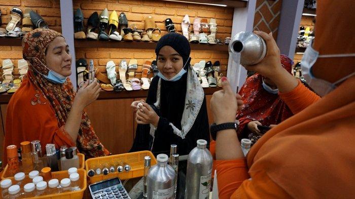 FOTO: Penjual Parfum Panen Jelang Lebaran - pengunjung-mertg5.jpg