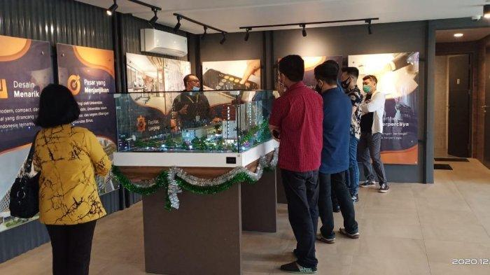 Pengunjung open house melihat maket di Marketing Point Bandaraya Makassar.