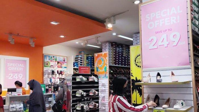 FOTO; September, Ada Promo Buy One Get One di Tenant Payless TSM - pengunjung-sedang-melihat-produk-sepatu-dan-tas-wanita-di-tenant-payless-1.jpg