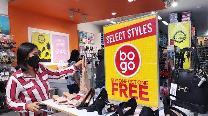 FOTO; September, Ada Promo Buy One Get One di Tenant Payless TSM - pengunjung-sedang-melihat-produk-sepatu-dan-tas-wanita-di-tenant-payless-2.jpg