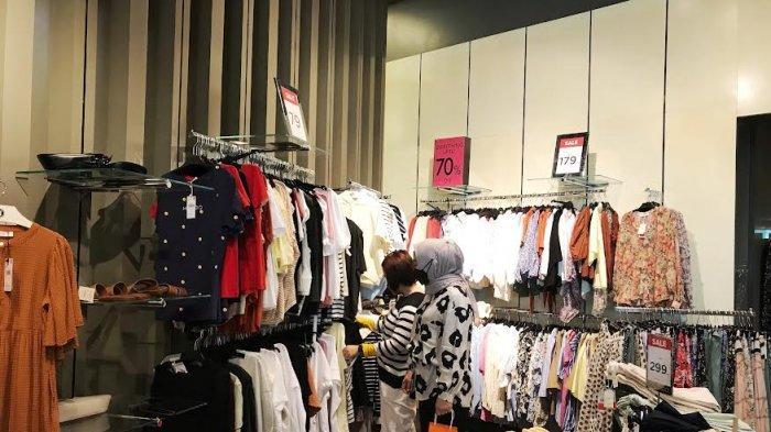 FOTO; Tenant Fashion Wanita Mango di TSM Tawarkan Diskon 70% - pengunjung-sedang-memilih-pakaian-di-tenant-fashion-wanita-mangodi-ground-floor-2.jpg