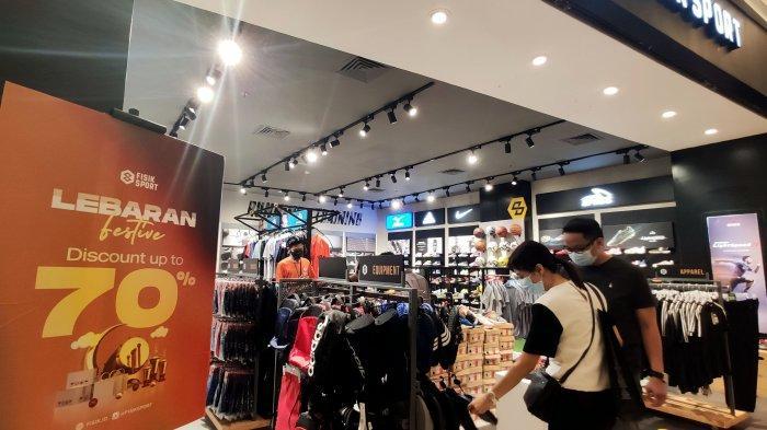 FOTO: Fisik Sport TSM Beri Diskon hingga 70% - pengunjung-sedang-memilih-produk-sepatu-dan-sandal-di-tenant-fisik-sport-1.jpg