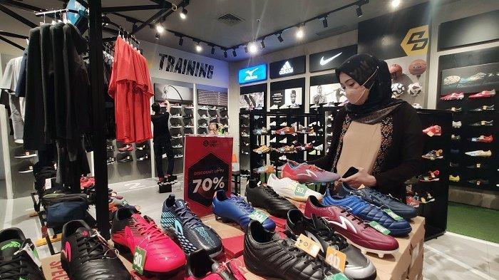 FOTO: Fisik Sport TSM Beri Diskon hingga 70% - pengunjung-sedang-memilih-produk-sepatu-dan-sandal-di-tenant-fisik-sport-2.jpg