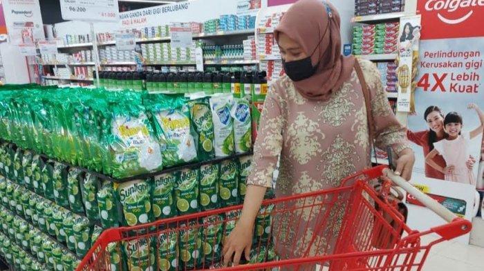 Pengunjung tengah memilih produk di Lotte Mart Panakkukang Makassar, Sabtu (26/6/2021)