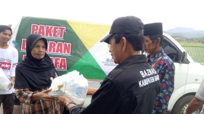 Jelang Lebaran, Baznas Barru Bagikan Seribu Paket Sembako untuk Dhuafa