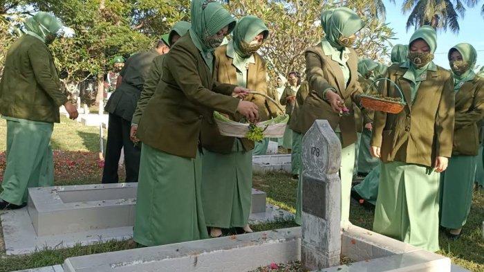 Persit Kartika Chandra Kirana Kodim 1404 Pinrang Tabur Bunga di Taman Makam Pahlawan Palia