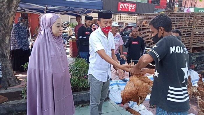 Bantu Warga Kurang Mampu, Pengusaha Baju di Pinrang Bagi-bagi 600 Ekor Ayam