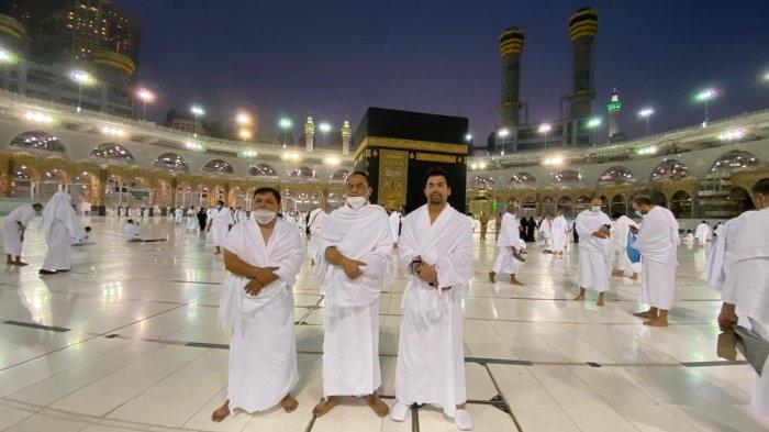 Pengusaha, H Syamsuddin Andi Arsyad atau Haji Isam (kiri) dan Wakil Ketua Umum Dewan Masjid Indonesia, Komjen (Purn) Syafruddin di depan Kakbah, Mekkah, Arab Saudi. Mereka menunaikan ibadah umrah.
