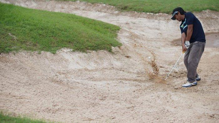 Pengusaha kondang Rusdin Abdullah menghadiri launching klub golf NBM yang dipimpin pengusaha Najamuddin Haruna (Mr John), bersama para senior HIPMI lainnya, di lapangan golf Padi Valley, Patalassang, Gowa, Jumat (2622021). Peresmian dilakukan dimulai dengan turnamen golf, yang juga diikuti Ketua Persatuan Golf Indonesia (PGI) Sulsel, Yunan Yunus Kadir. Tribun timurmuhammad abdiwan