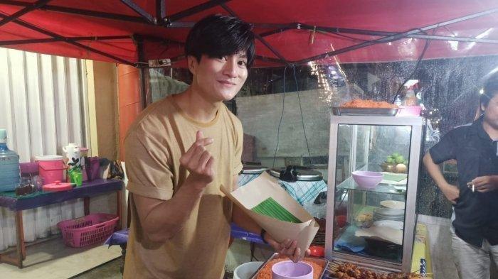Penjual nasi kuning ganteng
