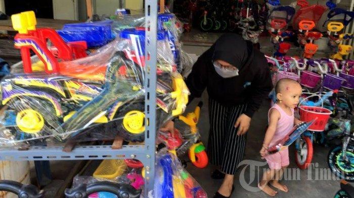 FOTO-FOTO: Ditengah Wabah Corona, Penjualan Mainan Anak Meningkat di Makassar - penjualan-permainan-anak-meningkat-1.jpg