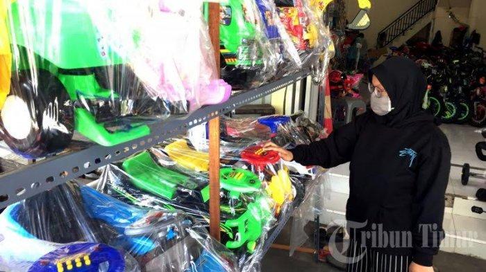 FOTO-FOTO: Ditengah Wabah Corona, Penjualan Mainan Anak Meningkat di Makassar - penjualan-permainan-anak-meningkat-2.jpg