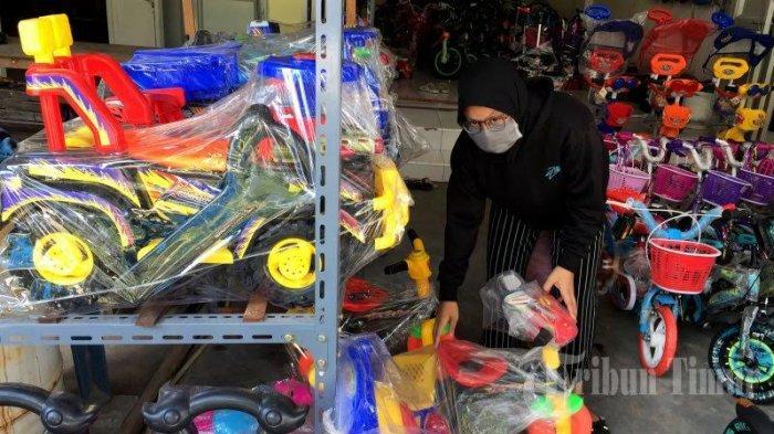 FOTO-FOTO: Ditengah Wabah Corona, Penjualan Mainan Anak Meningkat di Makassar - penjualan-permainan-anak-meningkat-3.jpg