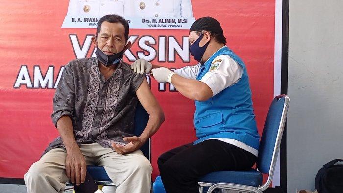 Pensiunan Pegawai Usia Lanjut di Pinrang Terima Vaksinasi Covid-19 Tahap I