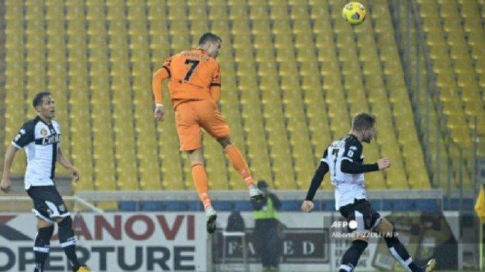 Penyerang Portugal dari Juventus Cristiano Ronaldo melompat untuk mencetak gol sundulan selama pertandingan sepak bola Serie A Italia Parma vs Juventus pada 19 Desember 2020 di stadion Ennio-Tardini di Parma.