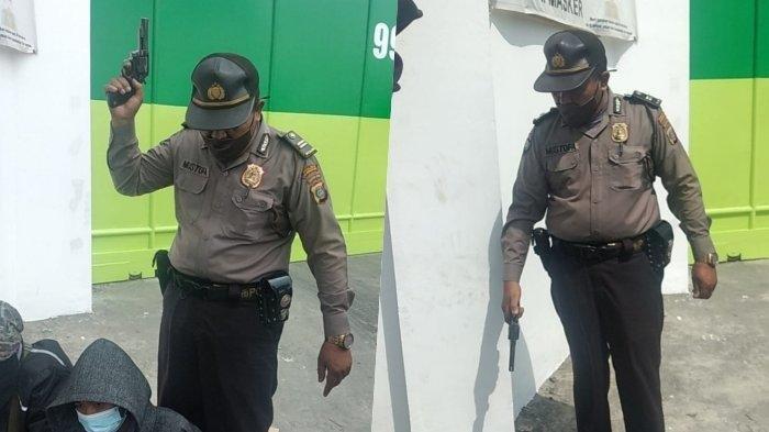 Aksi Koboi Oknum Perwira Polisi, Acungkan Pistol Saat Membubarkan Buruh yang Demo Pemecatan Sepihak