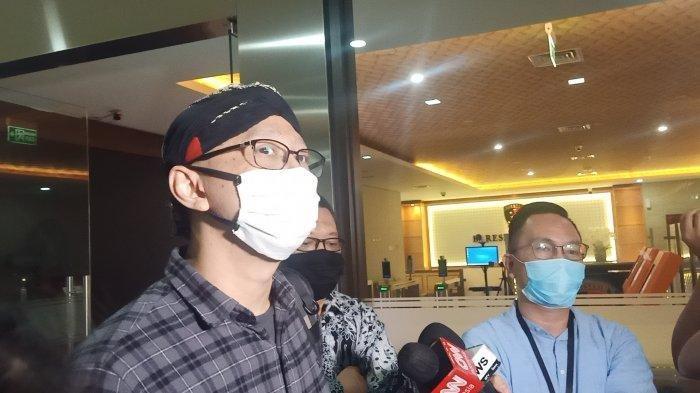 Permadi Arya alias Abu Janda usai menjalani pemeriksaan di Mabes Polri, Jakarta, Senin (1/2/2021).