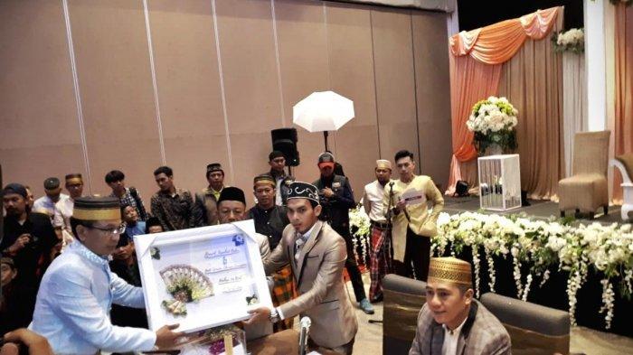 Gelandang PSM Makassar, Rasyid Bakri, resmi melepas masa lajangnya di Hotel Four Points, Makassar, Minggu (21/4/2019). Rasyid mempersunting Andi Isnadha Sikrian Zaenuddin (Nadha) dengan mahar di antaranya sebesar 176 rial, sebuah rumah, perhiasan emas, dan seperangkat alat shalat dibayar tunai.