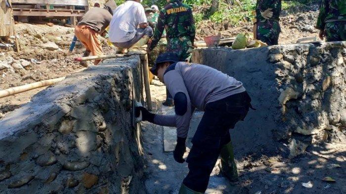 TNI dan Polisi Majene Gotong-Royong Perbaiki Jalan dan Jembatan di Pedesaan