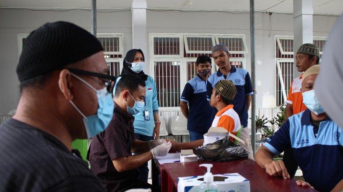 Peserta hapus tatto gratis yang akan digelar Mahtan pada 12-13 Desember di Parepare mengikuti pemeriksaan darah