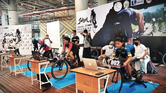 Peserta mengikuti kompetisi sepeda secara virtual 'Sulsel SMAnSA Zwift Road Bike Championship yang berlangsung di Mall Nipah, Makassar, Minggu (13122020). Kegiatan ini dilaksanakan oleh Nipah Mall berkolaborasi dengan IKA Smansa Makassar dilakukan secara virtual. tribun timurmuhammad abdiwan